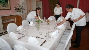 Berufswahlwoche der Schule Arni Landiswil auf der Moosegg. Vorbereitungen zum Gala-Dinner im Hotel Moosegg. © Hans Wüthrich