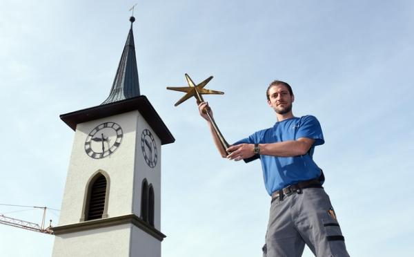 Sanierung Kirche Grosshöchstetten: Fabio Stalder mit dem wiedergefundenen Stern, der wieder auf die Kirchenturmspitze montiert werden sollte. © Andreas Blatter