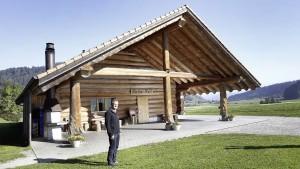 Für Fritz Häni symbolisiert das Blockhaus im Schächli auch einen Zweck des Ortsvereins Bowil: Die Förderung der Gemeinschaft.Blockhaus Schächli in Bowil. Fritz Häni, Chef des Ortsvereins Bowil.  © Urs Baumann