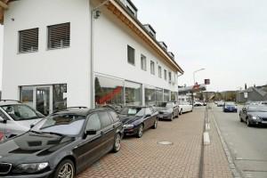 Genau das ist verboten: So nah an der Kantonsstrasse haben Fahrzeuge nichts zu suchen. © Urs Baumann